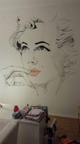 Aquarel van dame op de muur